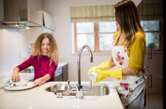 Devo pagar meu filho para fazer tarefas domésticas?