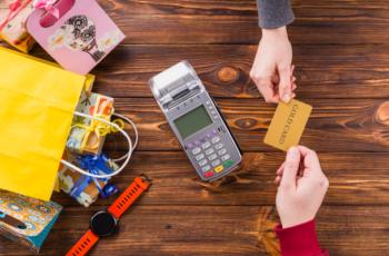Dinheiro, Débito ou Crédito? Quando parar de dar mesada em dinheiro e depositar direto na conta bancária de seu filho?